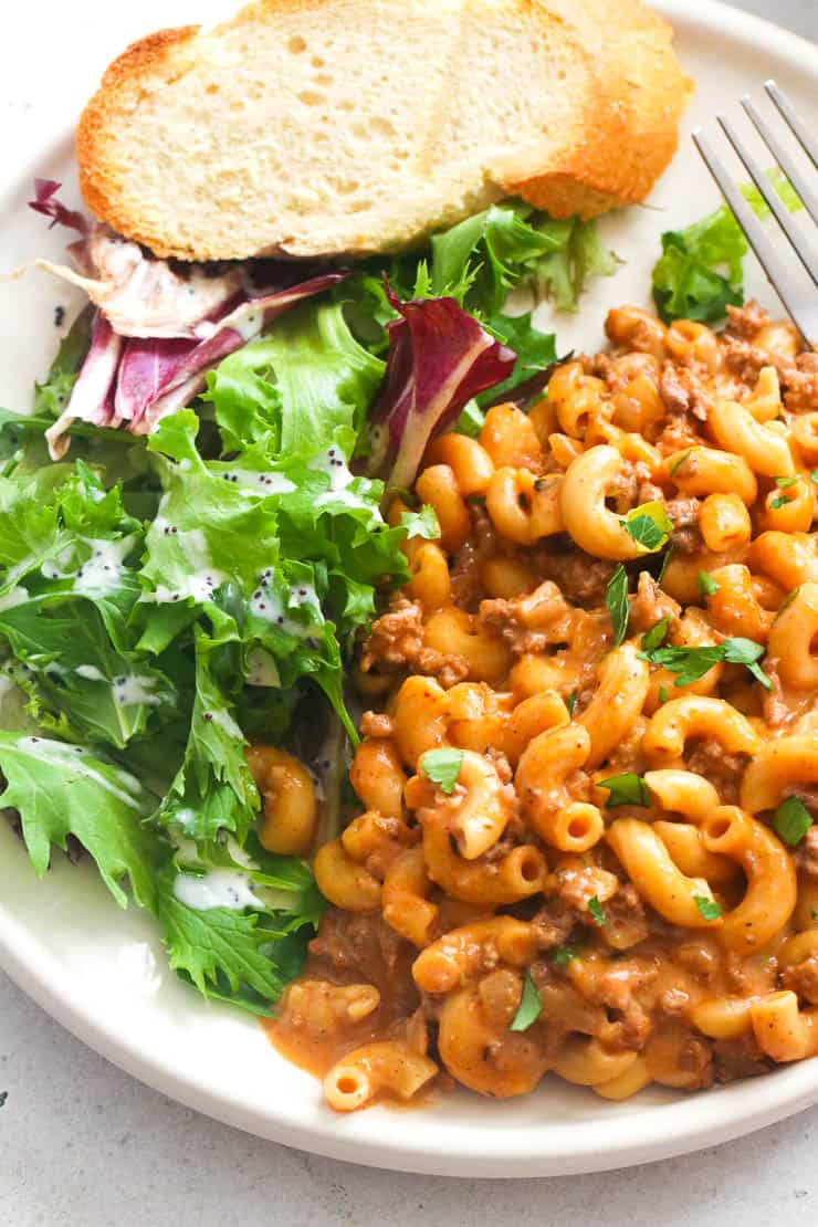 Cheeseburger macaroni with bread and salad